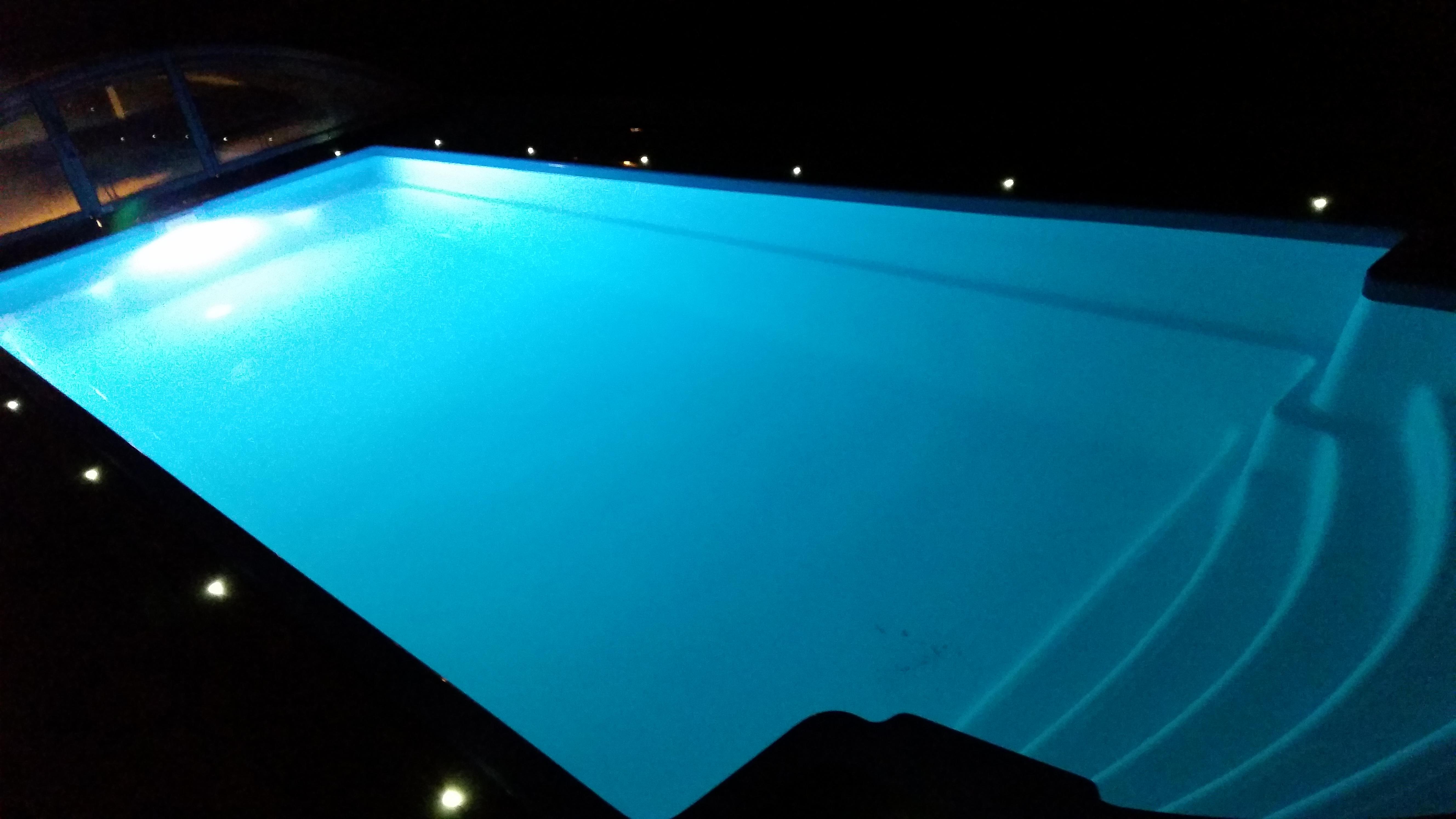 Hydro glassfiberbasseng blått lys