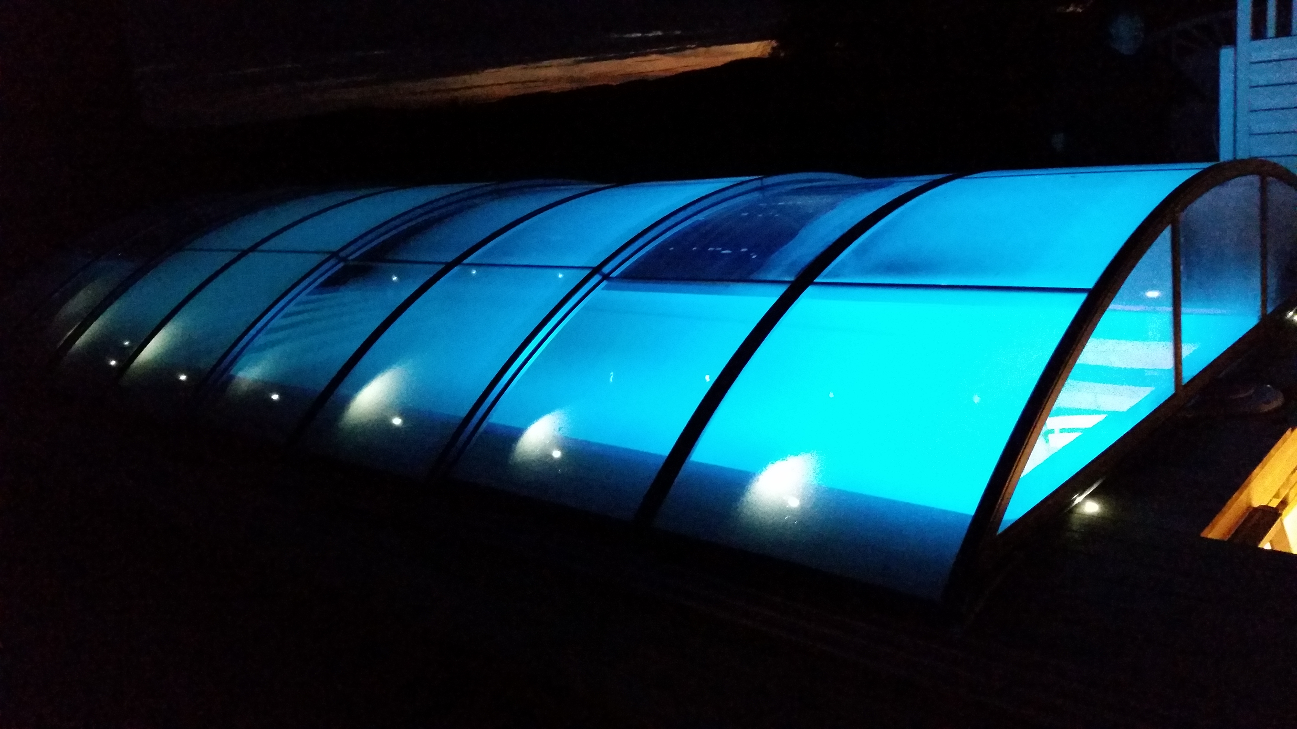Basseng med overbygg i lyseblått lys