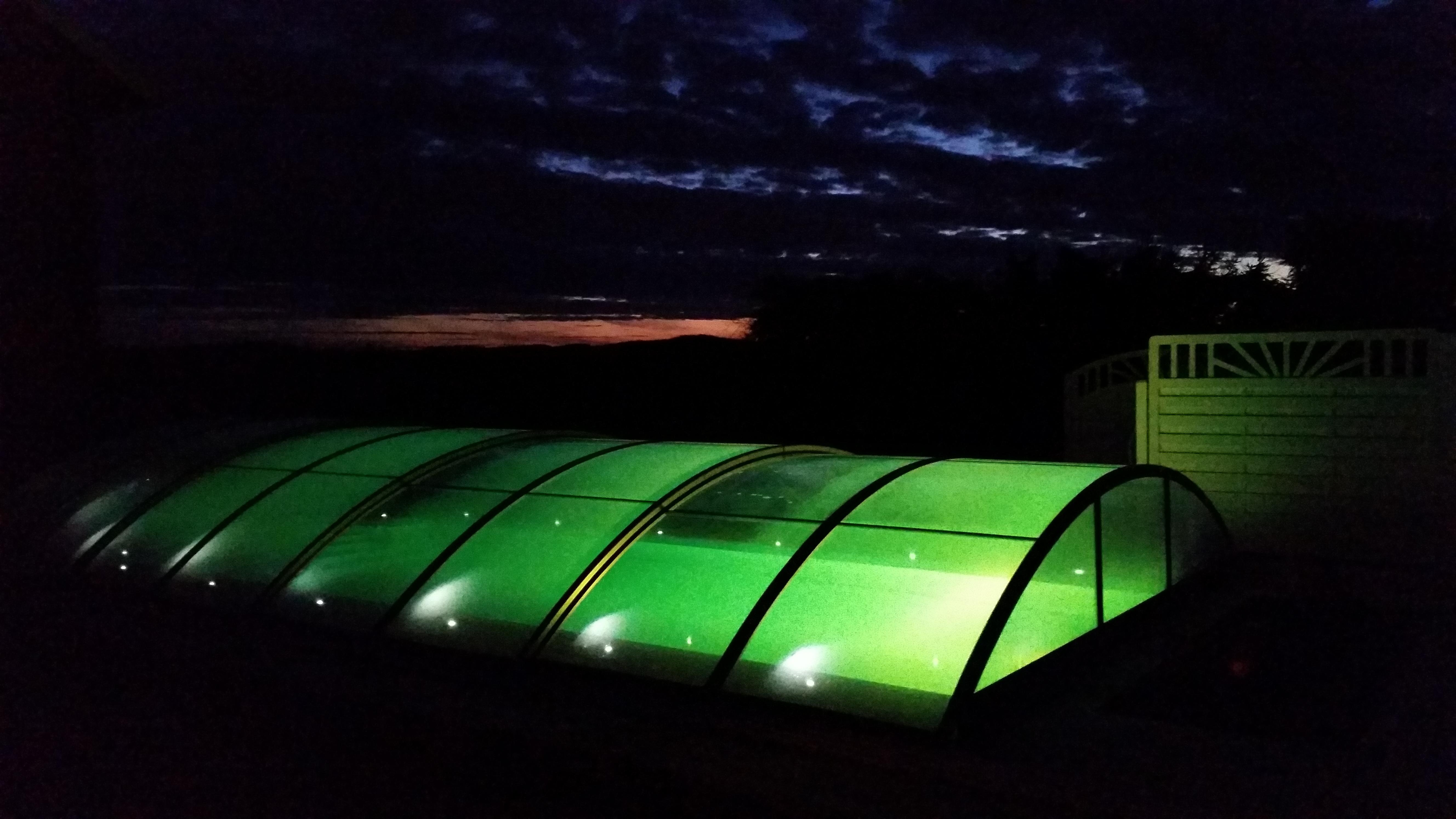 Basseng med overbygg i grønt lys